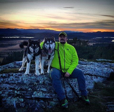 TOK VINNERBILDET: Daniel Teigøyen og to stk. Alaskan Malamute. Bildet er fra Hovdpiggen med solnedgang over Rondablikk i bakgrunnen.