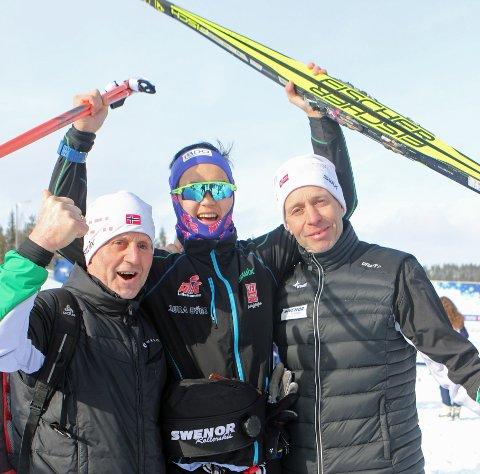 Stokkeland jubler sammen med trener Hans Lie (tv) og pappa Olav.