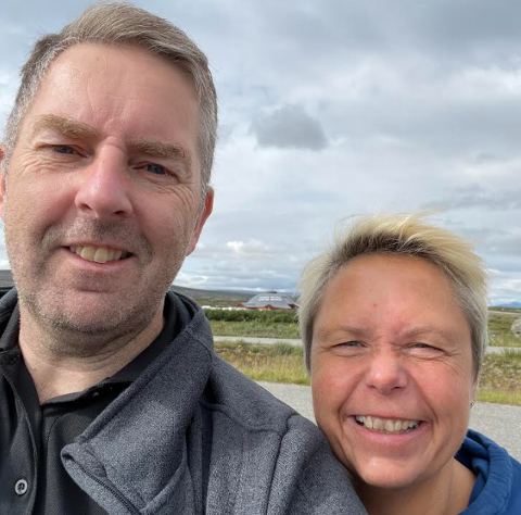 BLIDE: Trond Simonsen (50) og Laila Bakkeoll (51) er samboere og elbilentusiaster. I sommer kjører de elbil fra Kristiansand til Pasvik, og deretter tilbake igjen. De synes at det er overdrevent snakk om få lademuligheter i Troms og Finnmark.