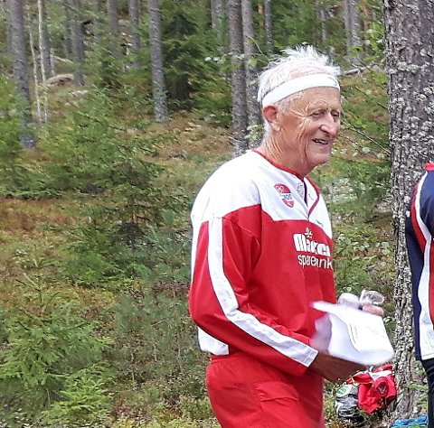HOLDER KOKEN: Rømsjingen Anders Taraldrud holder koken. I helgen løp han inn til en ny seier i veteranmesterskapet i orientering, de gamle stifinnernes uoffisielle NM til tross for at han tilhørte den eldste årgangen i sin klasse 75-79 år. Foto: Øivind Eriksen