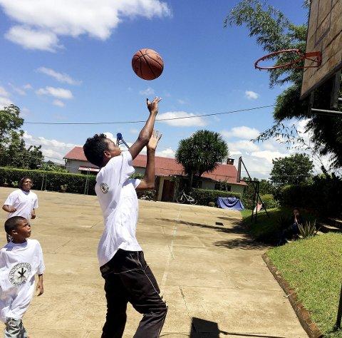 Helt topp: Basketball er mr enn bare et ballspill for barna. Foto: Toky Ar