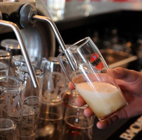 STENGD: Øltapping er ikkje eit veldig vanleg syn i Kvinnherad for tida. Då skjenkekontrollen var på rundreise i slutten av september, var seks av sju stader dei besøkte stengde. (Arkivfoto)