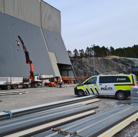 ULYKKE: Arbeidstilsynet og politiet ble varslet etter en mann fikk et åk i bakhodet under platemontering på en dokkhall i Ottersøy.