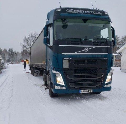 I GRØFTA: En utenlandsk trailer havnet i grøfta på Bøverbru og venter på berging.