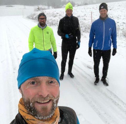 TILBAKE: Ola Tørrisplass (41) og kameratene i Helgerud Runners har holdt treningen i gang gjennom vinteren. Men flere er rammet av korona. Nå er de tilbake i trening.