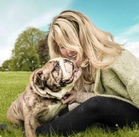 Lise Fløvik (35) fullførte nylig doktorgraden i psykologi. Her er hun med den engelske bulldogen Max.