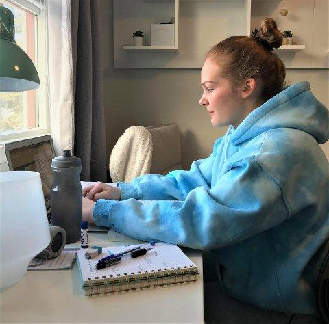 Katrine Olsen (19) forteller om mye alenetid i studenttilværelsen nå.