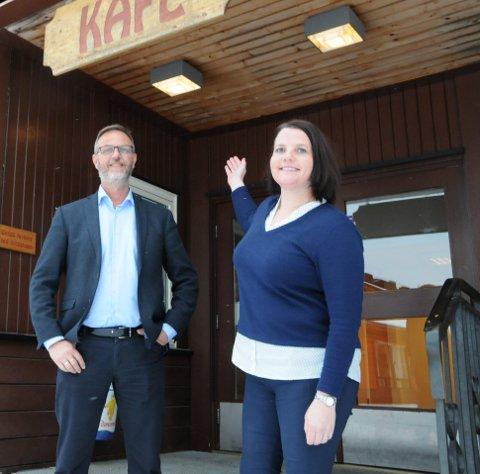Ønsker drift: Rådmann Kai Egil Bachér og ordfører Linda Mæhlum Robøle (Sp) vil gjøre det de kan for å få i gang igjen kafeen i kommunehuset på Bruflat.