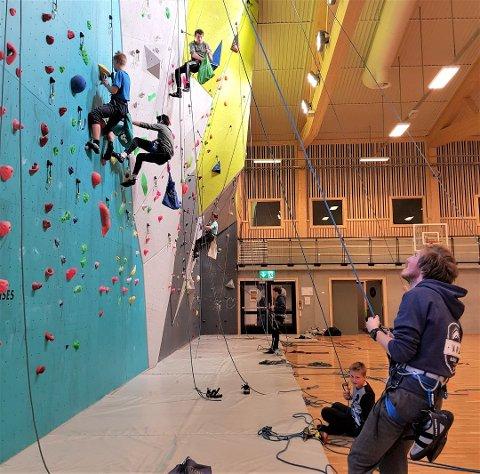 Vang klatreklubb får mye ros og heder. Her fra en klatrecup nylig. Mannen i forgrunnen er Sondre Nystuen Berger. Foto: Linda Jevne / Vang Klatreklubb