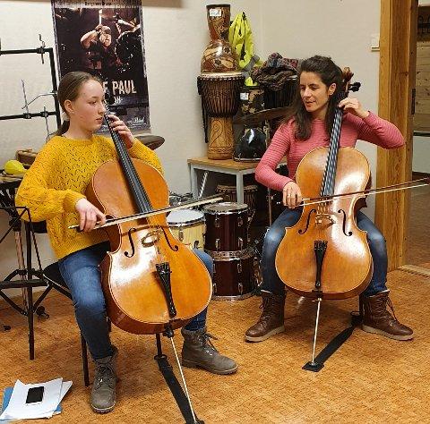 KONSENTRASJON: Randi Winnem Tvedt t.v. og lærer Susanne Engelmann har hatt spilletimer sammen i ni år.