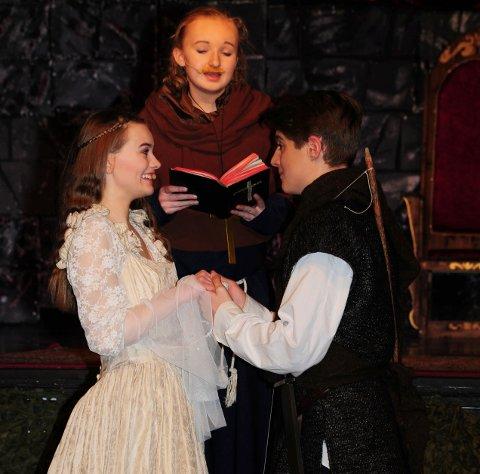 LYKKELIG SLUTT: Jomfru Marion (Mia Helene Johnsen) og Robin Hood (Erlend Moltu) skal gifte seg, og blir viet av Broder Tuck (Aleksandra Nordahl).