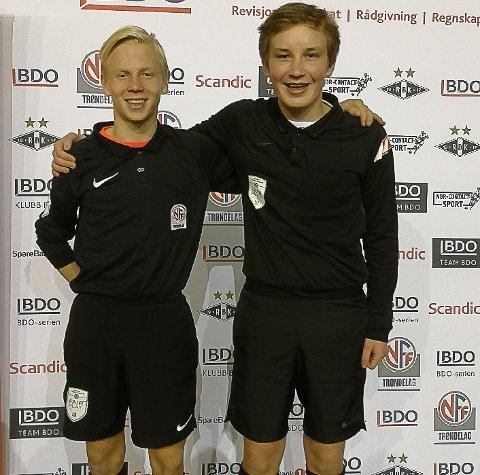 Trenger flere slike: Andreas Tveråen og Torstein Østigård dømte under BDO-finalen i høst. Nå håper Dommerkoordinator John Bjarne Fossen at flere unge vil ta dommerkurs.