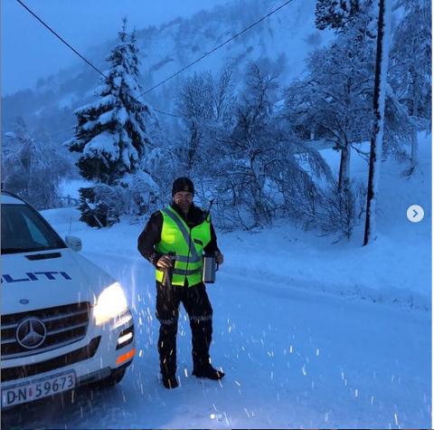 KAFFE: Politikontakt i Sirdal, Jon Uleberg leverte morgenkaffe til strømløse Einar.
