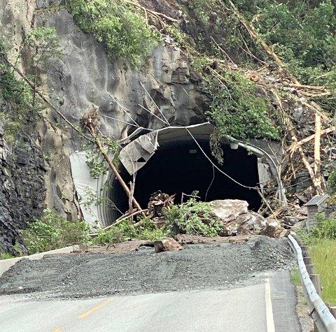 MASSAR: Store skredmassar ligg framfor Litle-Urdaltunnelen etter sprengingsarbeidet måndag.
