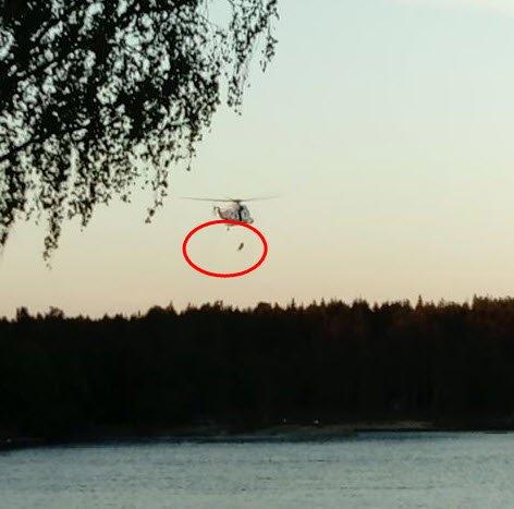 Her blir en dykker sendt ned mot vannet i området hvor jenta er savnet.