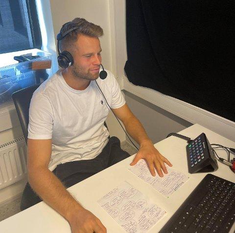Olav Øby tok i helgen plass i kommentatorstudioet til Amedia i Akersgata. Her kommenterte han Toppserie-kampen mellom Amazon Grimstad og Fart.