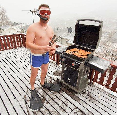 Snøbyger og en vrlig vinter stoppet ikke Valentin Popa fra å grille.