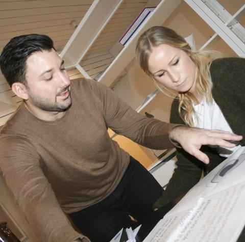 Egen avis: Eric Amaral Rohter og Cecilie Larssen Lønning har laget egen avis for å forklare hvordan de som visuelle designere tenker. Foto: Trine Styve Varlo