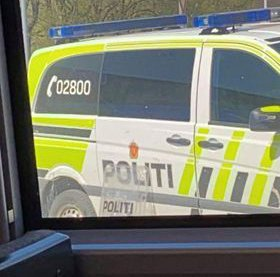 PÅ STEDET: Politiet hadde med seg skjold i jakten på to mistenkte personer.