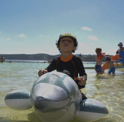 Koser seg: Denne unggutten koser seg i bassenget på Gunnarsholmen.