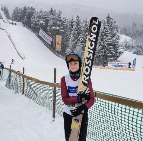 FØRST UT: Stian August Sørensen (12) fra KIF hopp fikk æren av å være første hopper ut, og dermed åpne Solan Gundersens vinterleker. ALLE FOTO: PRIVAT