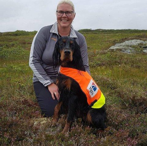 SAVNET: Mona Himo Aakervik har ikke sett hundene sine på fem dager. Nå håper hun noen har gjort observasjoner på to gordonsettere.