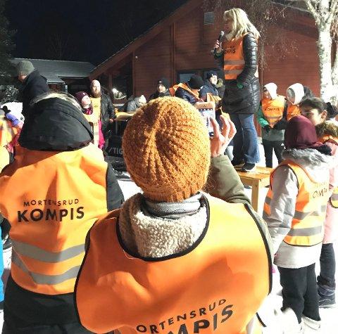 MORTENSRUDKOMPIS: Melita Ringvold (med mikrofon) i Mortensrud Manifest oppfordrer lokalbeboere til å nærmiljøet mer i bruk og være synlige og gode rollemodeller. Foto: Privat