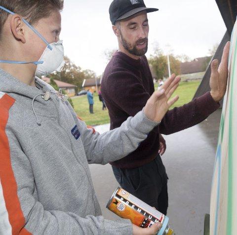 Anton Semb Lie får tips av graffiti-proffen Steinar Caspari-Solvang under graffiti-dagen på Tjøme ungdomskole.