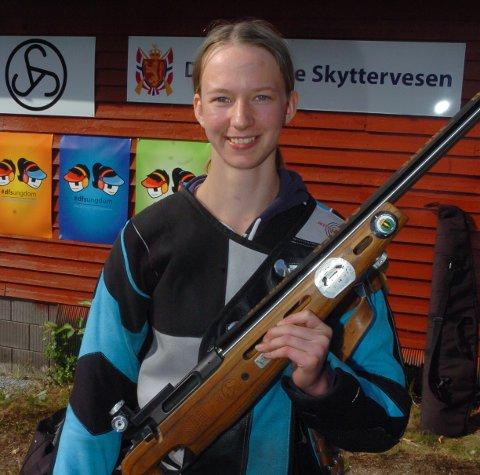 FØRSTE MEDALJE: Kine Saksæther Andersen (15) fikk sin første mesterskapsmedalje på Landsskytterstevnet. Fredag har hun en ny mulighet, når hun entrer standplass for å skyte feltfinale.