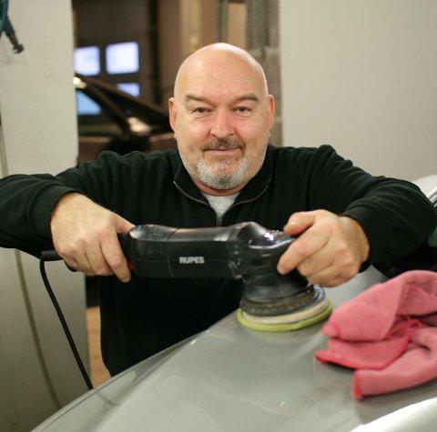 EKSPERT PÅ BILPLEIE: Ketil Alfredsen (57) ved Sarpsborg Poleringsverksted utfører alt innen profesjonell bil-pleie. Han klargjør, vasker og polerer nesten 1000 biler i året.