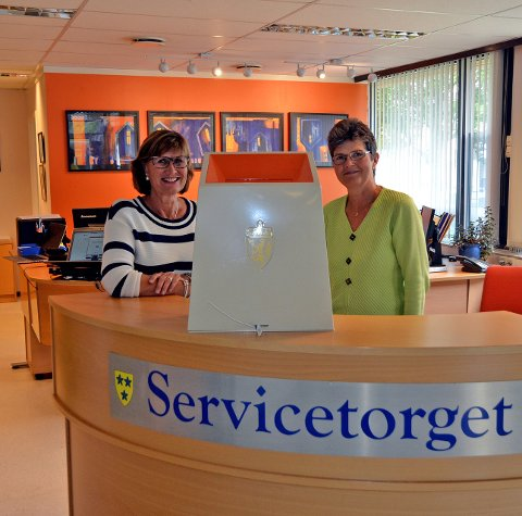 Forhåndsstemme: Det skal være to stemmemottakere til stede når du skal avgi din stemme. Her ser vi Ellen Sæteren Johansen (t.v.) og Mary Ann Helleren i servicetorget på rådhuset i Nord-Aurdal.