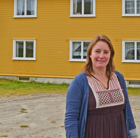 I 2017 kjøpte Marita Nyheim det gule retrohuset i Folldal. Nå vil hun kjøpe naboeiendommen av kommunen for å få flere turister til å stoppe.