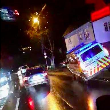 HAVNET UTFOR: En politibil havnet oppå autovernet i sentrum av Sokndal i november 2019.