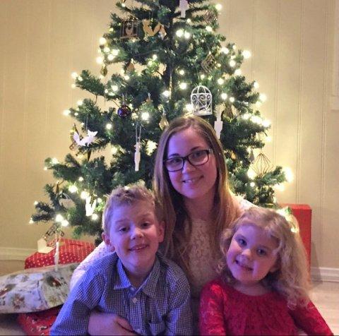 Cassandra Stene skal sammen med sine barn Marcus og Emilie reise til Sør-Afrika for å besøke mormor. Med seg i koffertene har de leker og klær de skal donere.