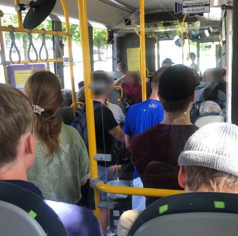 MANGE: - Jeg ble helt svett av hvor mange som kom på bussen, forteller sykepleier Henriette Hansen, som skulle på seinvakt på sykehuset tirsdag kveld. Dette bildet tok Hansen ved Mjøndalen. Hun tok rute 101, som gikk klokka 14 fra Hokksund til Drammen. Foto: Privat