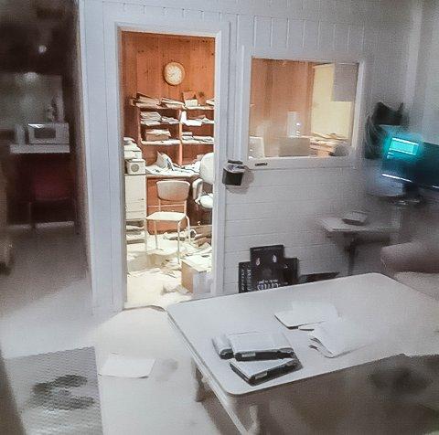 HÆRVERK: Firda Billag i Gulen vart utsett for hærverk natt til søndag. Eit pulverapparat vart tømt utover heile lokalet. Det førte til eit stort oppryddingsarbeid.