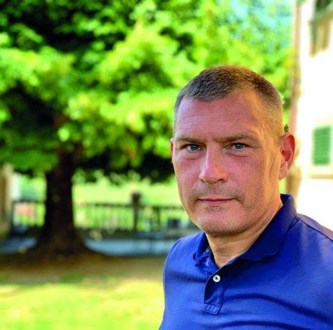 Roy Conradi Andersen, daglig leder Litteraturhuset Fredrikstad, stenger ikke dørene, men justerer gjesteantallet ned.