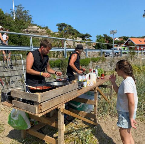 Sigmund Reff og Åsmund Gylder har satt opp utekjøkken på bystranda fredag.