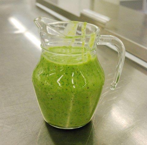 Grønn smoothie med banan, kiwi, spinat. avocado og eplejuice.