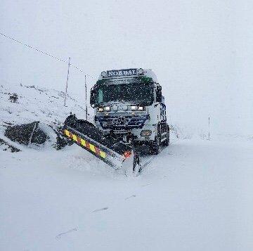 Torsdag morgon køyrde Tåsten Nordal brøytebilen over Sognefjellet og brøyta vekk opp mot 12 centimeter nysnø.
