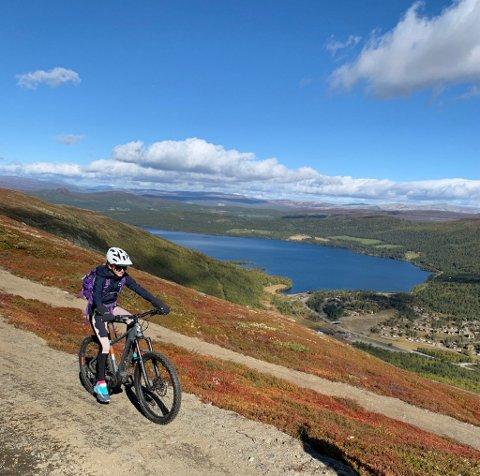 Sykkelløype med utsikt på Lemonsjøen. Til fri bruk for alle.