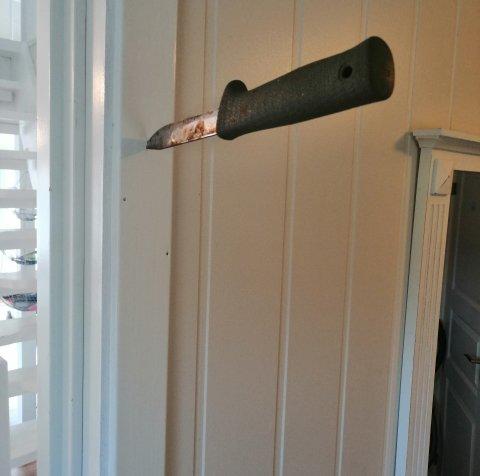 UHYGGELEG VELKOMST: Denne kniven i dørkarmen var det første hytteeigarane såg då dei kom til hytta si i Solund. Det som møtte dei inne i hytta var ikkje noko betre.