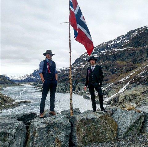 Nils Vetle Medhus (25) og Håkon Ringstad (26) var to av 19 unge innbyggarar i Røldal som feira 17. mai i Valldalen. Dei reagerer sterkt på det som no skjer har ikkje tenkt å gje opp kampen.