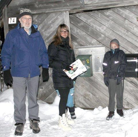 Posten: Ved postkassene er en plass Kolbjørn Nordgård (venstre), Anette Iversen og Tony Aanes har kjent lukt fra anlegget. foto: Benedicte Wærstad
