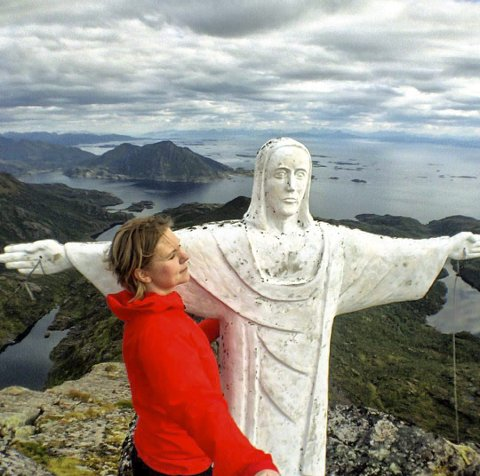 Borte: Stine Sørvang og Jesus på Sukkertoppen. Nå er ikke statuen synlig fra veien, eller fra andre siden av fjorden. Lofotpostens tipser undrer seg over om uværet har tatt knekken på statuen.