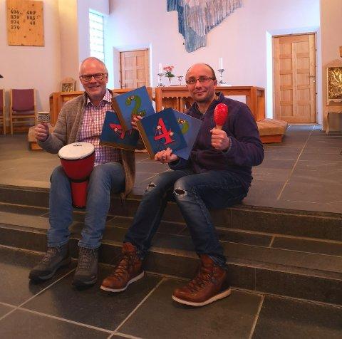 KLAR:  Sokneprest Frode Wigum og kantor Ken-Gøran Mikkelsen har varmet opp i kirkerommet, og er klar til søndagens happening.