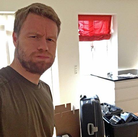 FLYTTELASS: Tom Høgli stilte sporty opp og tok en selfie fra leiligheten i København torsdag formiddag, som er full av pakkede kofferter og esker. Torsdag er siste dag i familiens leilighet, før han hylles av over 30.000 tilskuere i Parken i kveld. Flyttelasset går til Tromsø, der han er på plass neste tirsdag. Høgli håper å overtale tidligere lagkamerat Mushaga Bakenga til å skrive under en ny TIL-avtale.