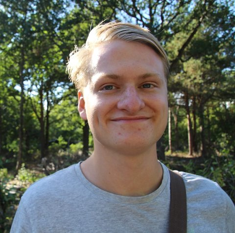 TROSSER FRYKTEN: Torbjørn Kristensen lar ikke litt høydeskrekk stoppe han fra å fly mange hundre meter over Larvik i et småfly.