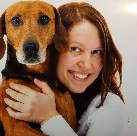 SVARER: Veterinær Nina Gudim i Rakkestad får mange spørsmål fra hundeeiere. Så langt har ingen firbeinte i Rakkestad vist samme akutte symptomer som har vært beskrevet i media de siste ukene.