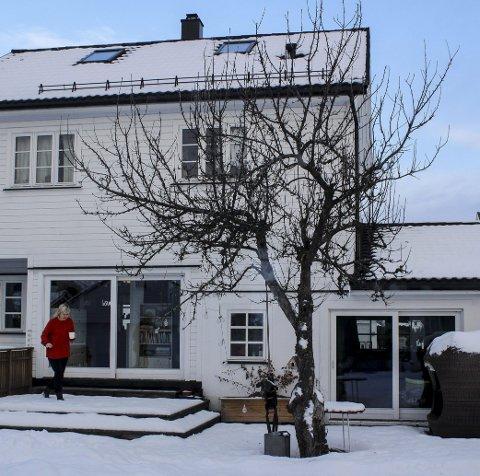 KORT VEI TIL JOBB: Kari Anne Marstein på vei gjennom hagen til atelieret. ALLE FOTO: Marianne Enger